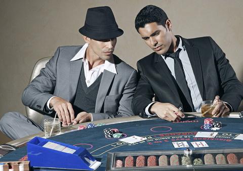 Žaidėjai, kortos ir žaidimo stalas