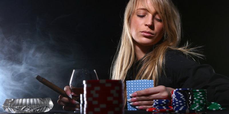 Apžiūrimos turimos kortos ir sprendžiama, kaip žaisti pokerį internete