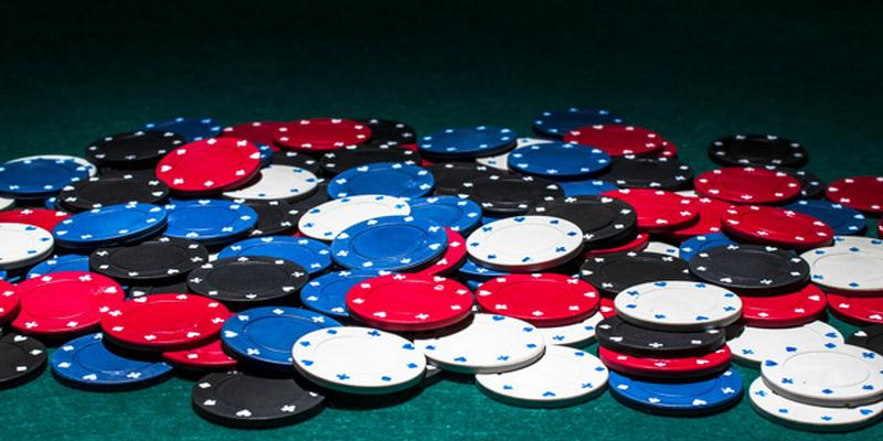 Įvairiaspalviai pokerio žetonai