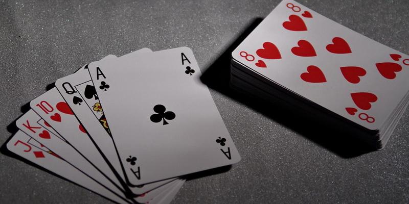Karališkos spalvos kombinacija, kurią naudoja visi pokerio žaidimai ir jų rūšys