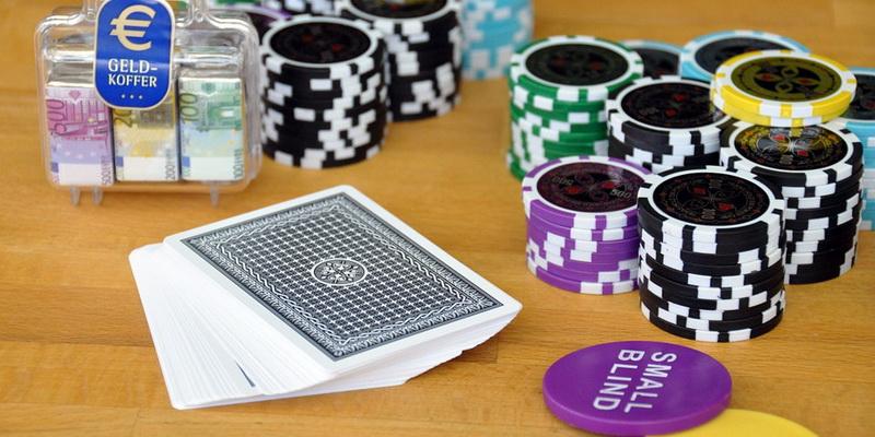 Kortos ir daugybė žetonų - be šitų dalykų negalėtų vykti pokerio mokymai