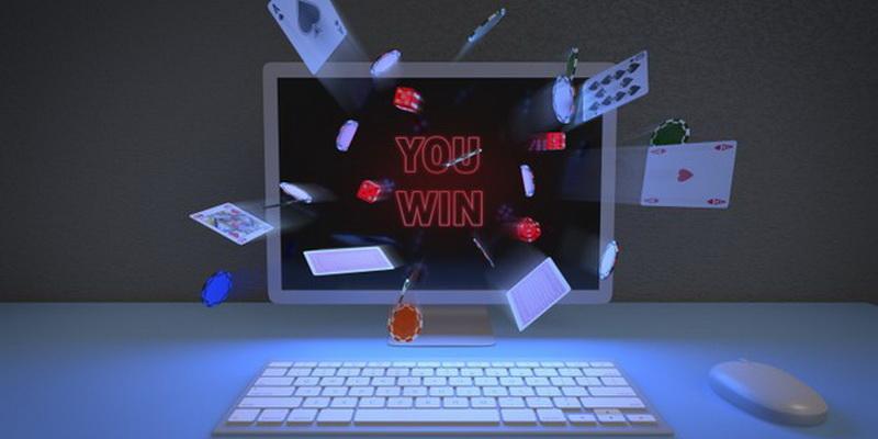Kortos ir kompiuteris pokerio žaidimui internete, kurį siūlo geriausi pokerio kambariai