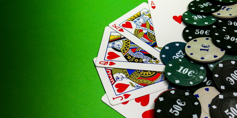 Kortos ir žetonai - pokeris pradedantiesiems, kurį siūlo pokerio mokykla