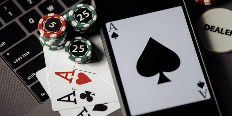 Kortos, telefonas ir žetonai žaidimui internete