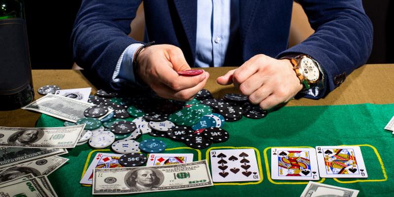 Matome kaip žaisti pokerį kortomis ir žetonu statymo taisyklės