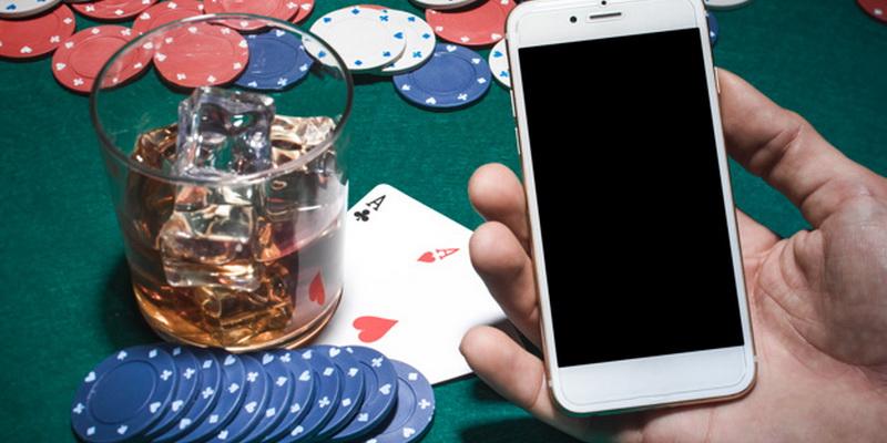 Mobilusis telefonas, žetonai ir kortos padeda suprasti, kaip išmokti žaisti pokerį