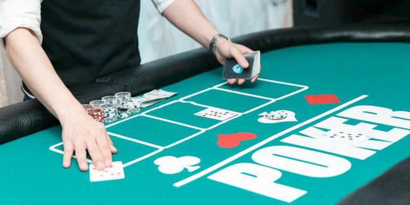 Pokerio stalas ir žetonai - kaip reikia žaisti pokerį Lietuvoje