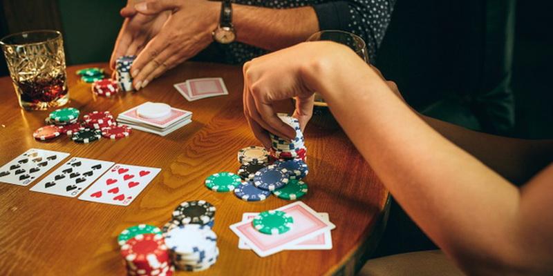 Pokerio žetonų reikšmės, užrašytos skaičiais, ir žaidimo kortos