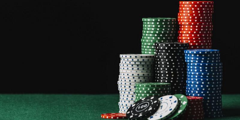 Skirtingos spalvos ir skirtingos pokerio žetonų vertės
