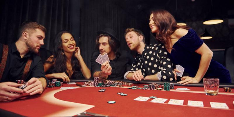 Žmonės mokina vienas kitą, kaip žaisti pokerį internete