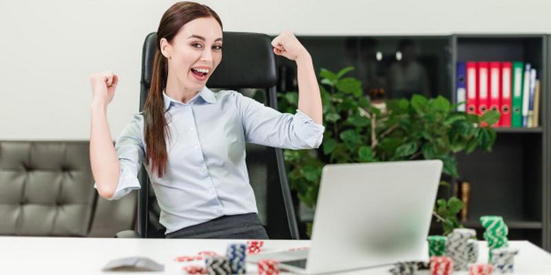 Mergina džiaugiasi laimėjimu, kurį atnešė online internetinis pokeris Lietuvoje