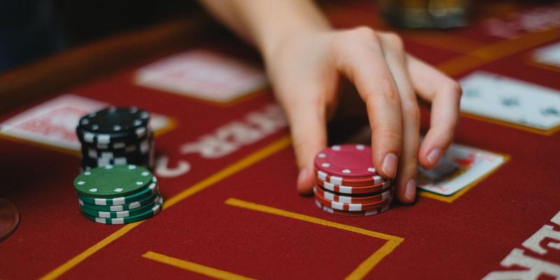 Raudonų žetonų statymas - kur geriausia žaisti pokerį online