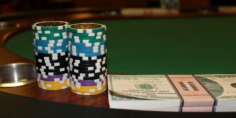 Spalvoti žetonai ir nemenka pinigų krūvelė - nemokamas pokeris online