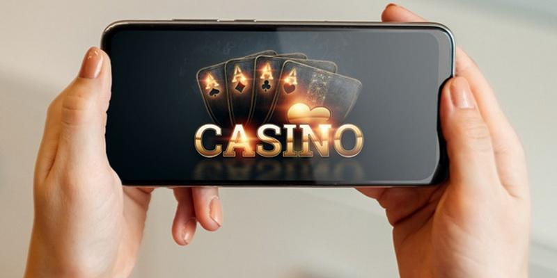 Telefono ekrane matome, kad pokerio svetainės siūlo 888poker lietuvoje žaidimą