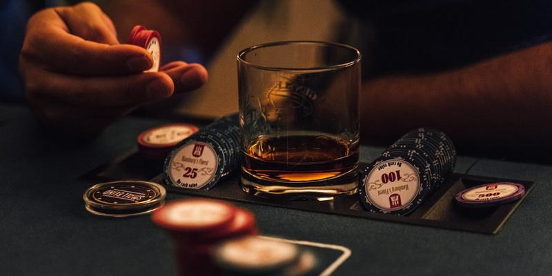 Žmogus mokosi, kaip žaisti pokerį - pokerio turnyrai ir žaidimai online nemokamai