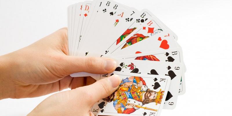 Paprastų žaidimo kortų reikšmės bei simboliai, kuriuose yra kryžius, vynas, širdis ir būgnas