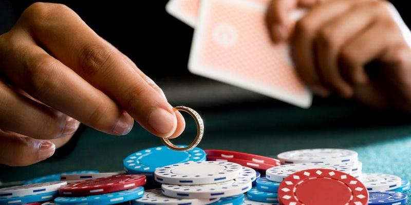 Azartiniai lošimai internete priklausomybė - žmogus stato net savo žiedą, nes žetonų per mažai